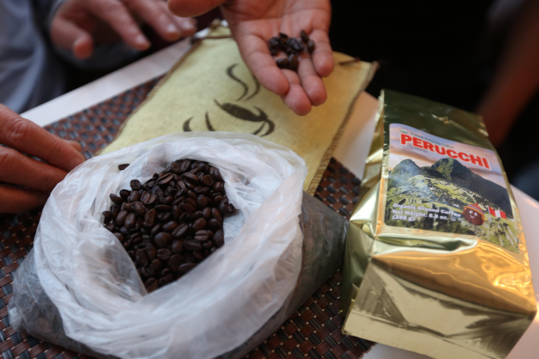 Oswaldo Aguilar trae el café orgánico y kosher en grano y lo tuesta en Nueva York./Mariela Lombard