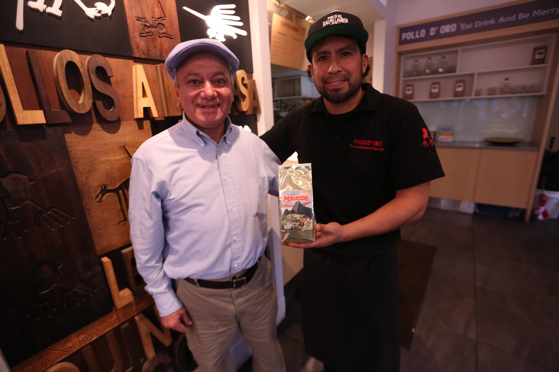 Oswaldo Aguilar, manager de Perucchi Trading, y el propietario del restaurante peruano Pollo D' Or, Manuel Santisteban, en Brooklyn. /Mariela Lombard