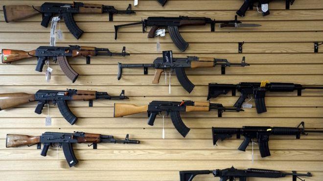 Los coleccionistas tienen armas cortas y largas.