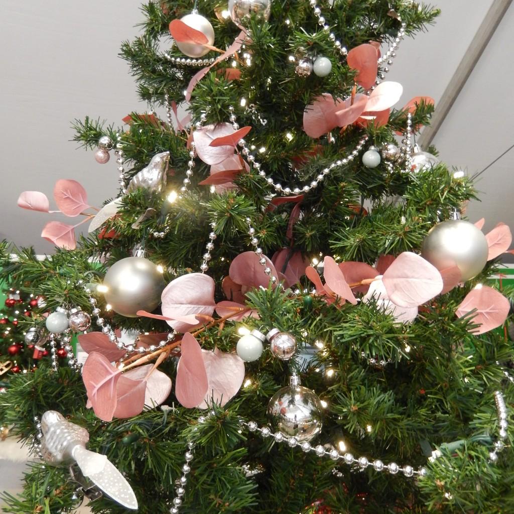 Las esferas, tiras de bolitas y hojas secas pintadas de rosado son una buena opción para modernizar tu árbol navideño 2015.