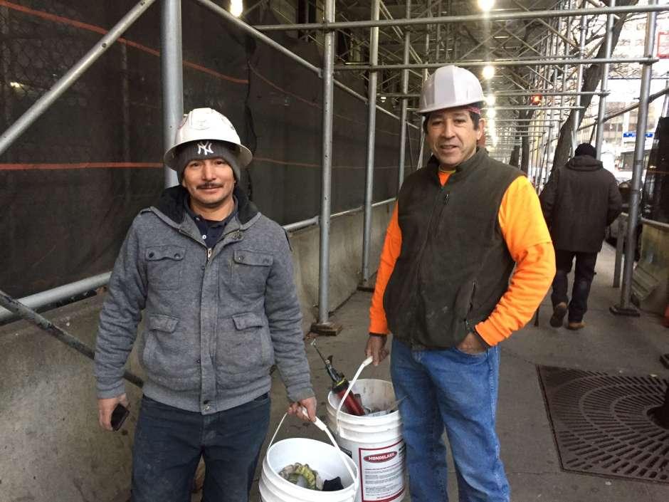 El ecuatoriano Luis Sumba (izq.) y Franklin Parella, de origen colombiano, trabajan en construcción y podrían perder días de trabajo por el frío extremo.