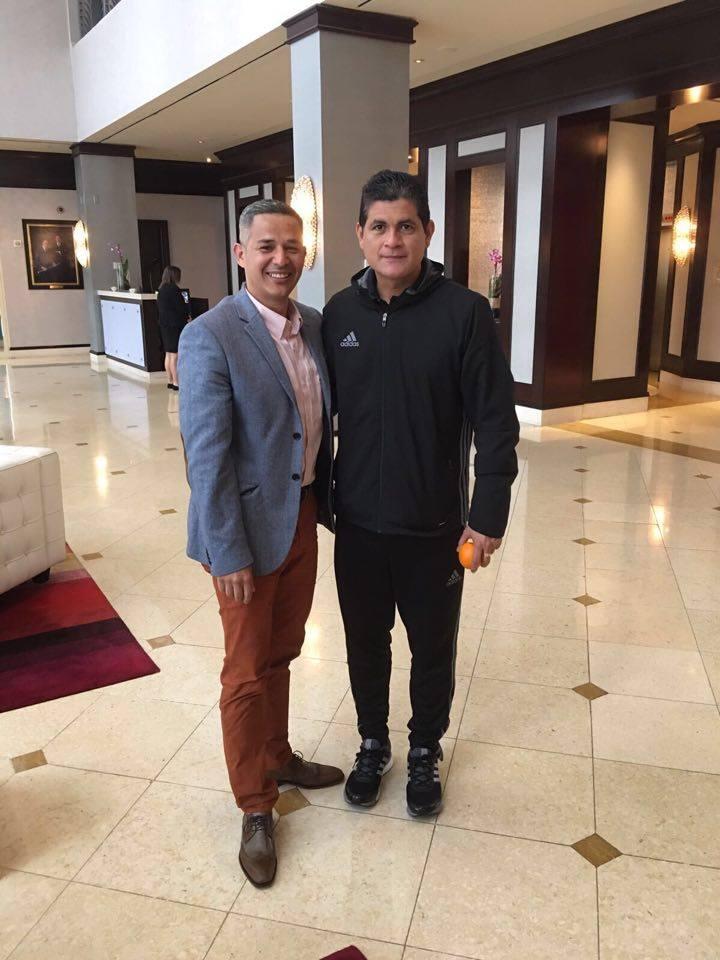 6- Ramírez con Oscar Julián Ruiz un referente de los árbitros colombianos. /CORTESIA
