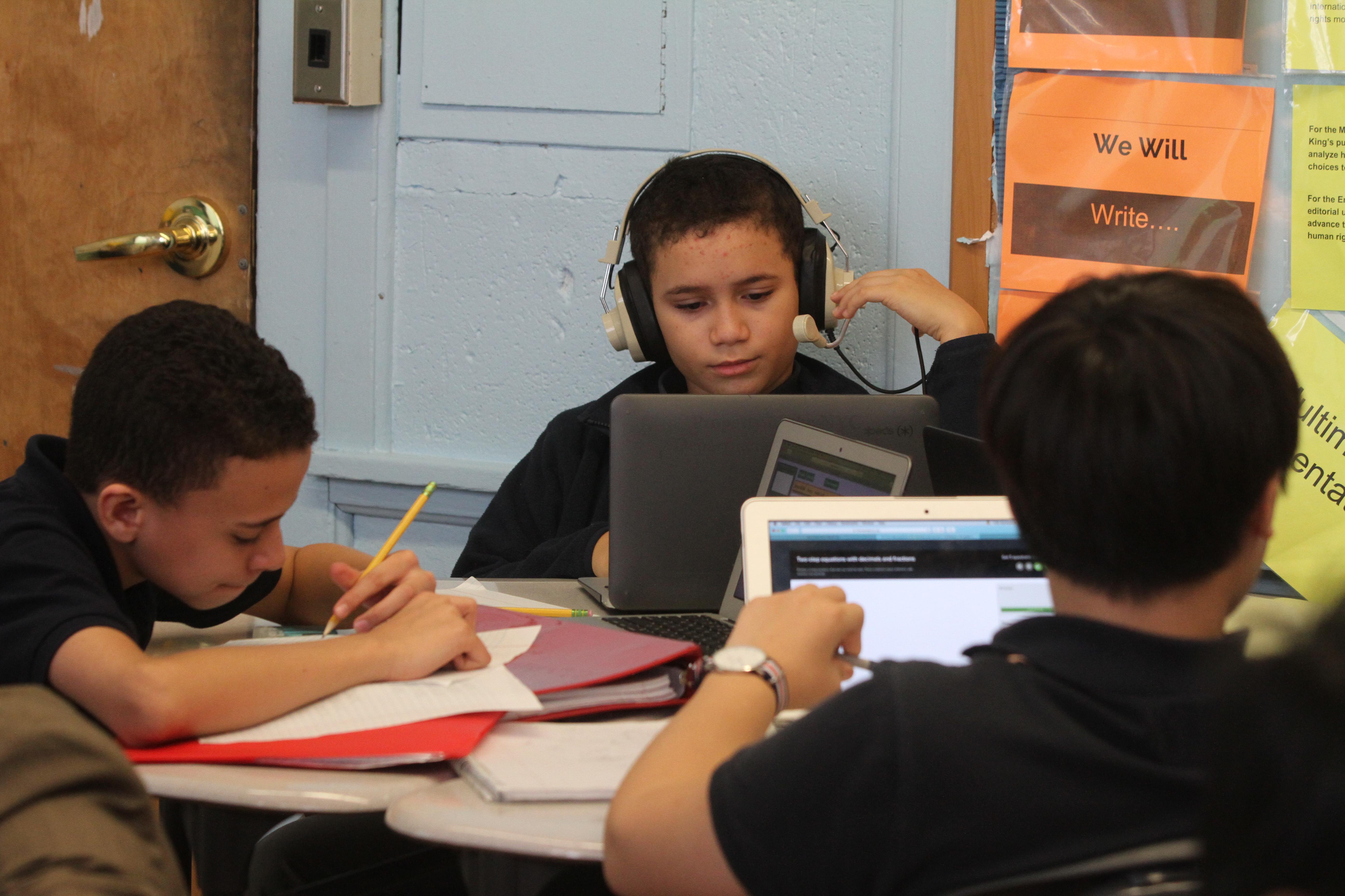 Estudiantes de la Escuela Media 80 de El Bronx, con su principal Emmanuel Polanco, donde los alumnos tienen la capacidad de realizar sus tares en las computadoras y la posibilidad de llevar Ipads a sus casas.