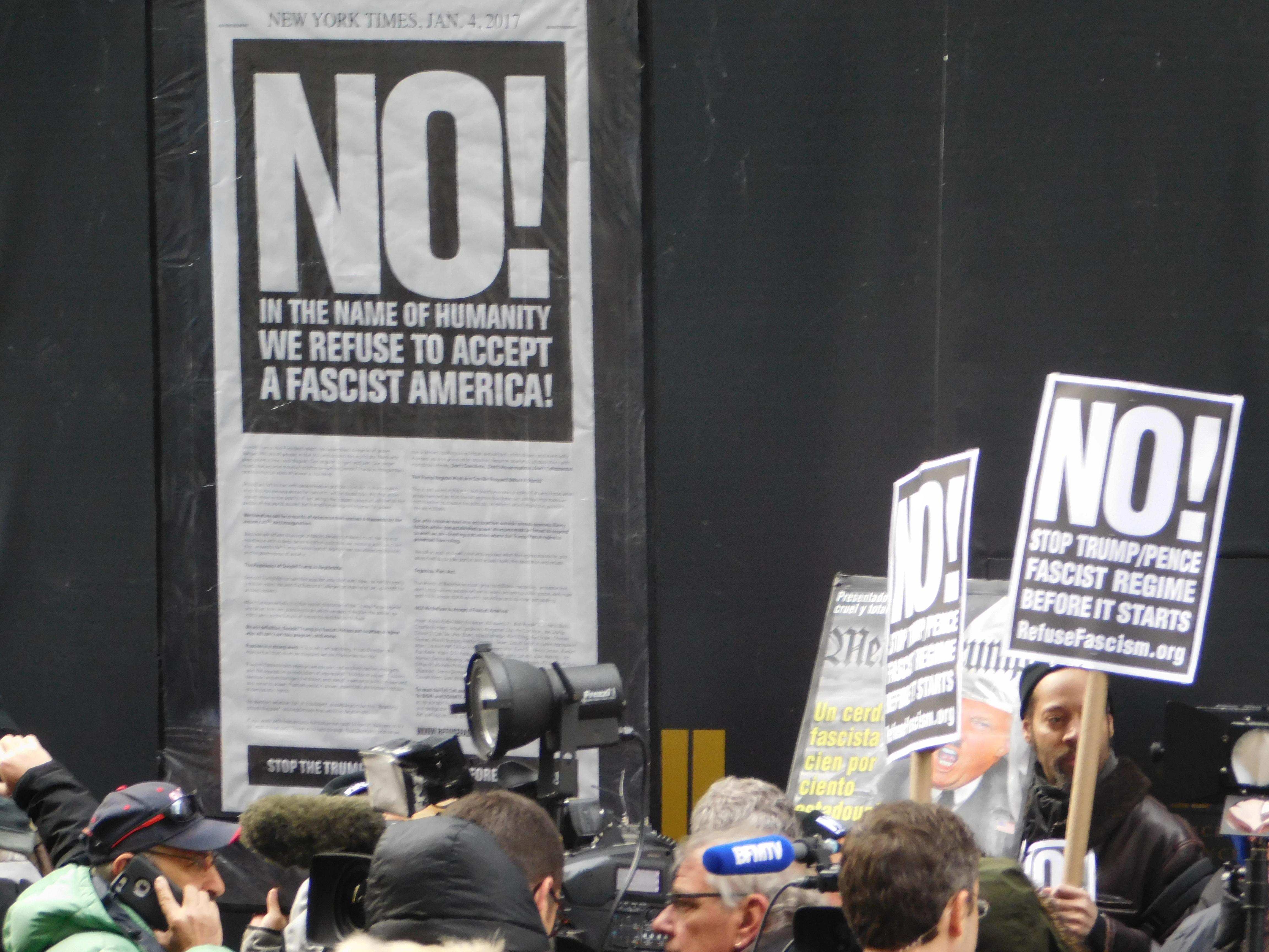 Una pequeña protesta contra Donald Trump se realizó frente al edificio donde fue la conferencia de prensa. FOTO: JESÚS GARCÍA / EL DIARIO NY