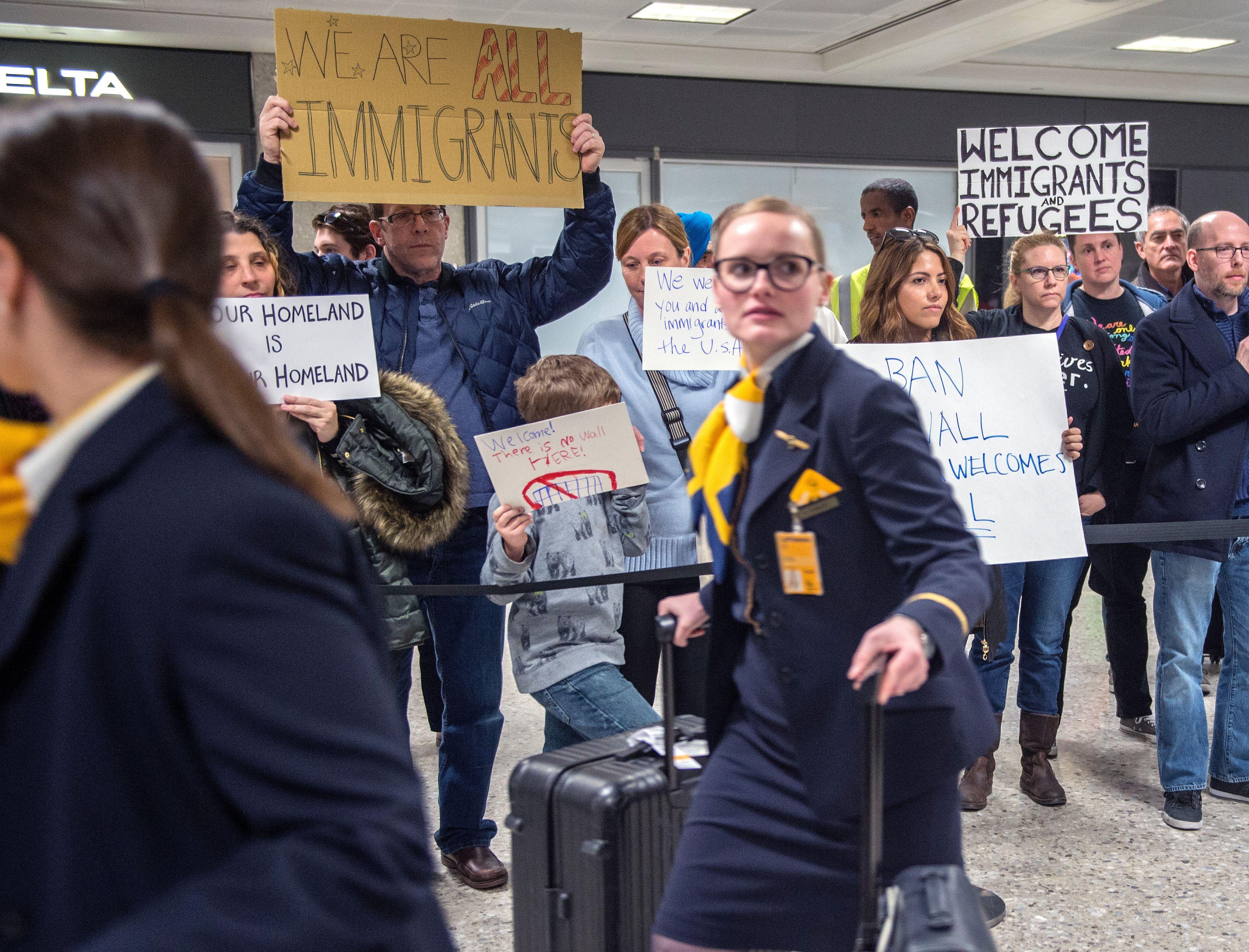 En el aeropuerto de Dulles, Virginia, también hubo protestas.