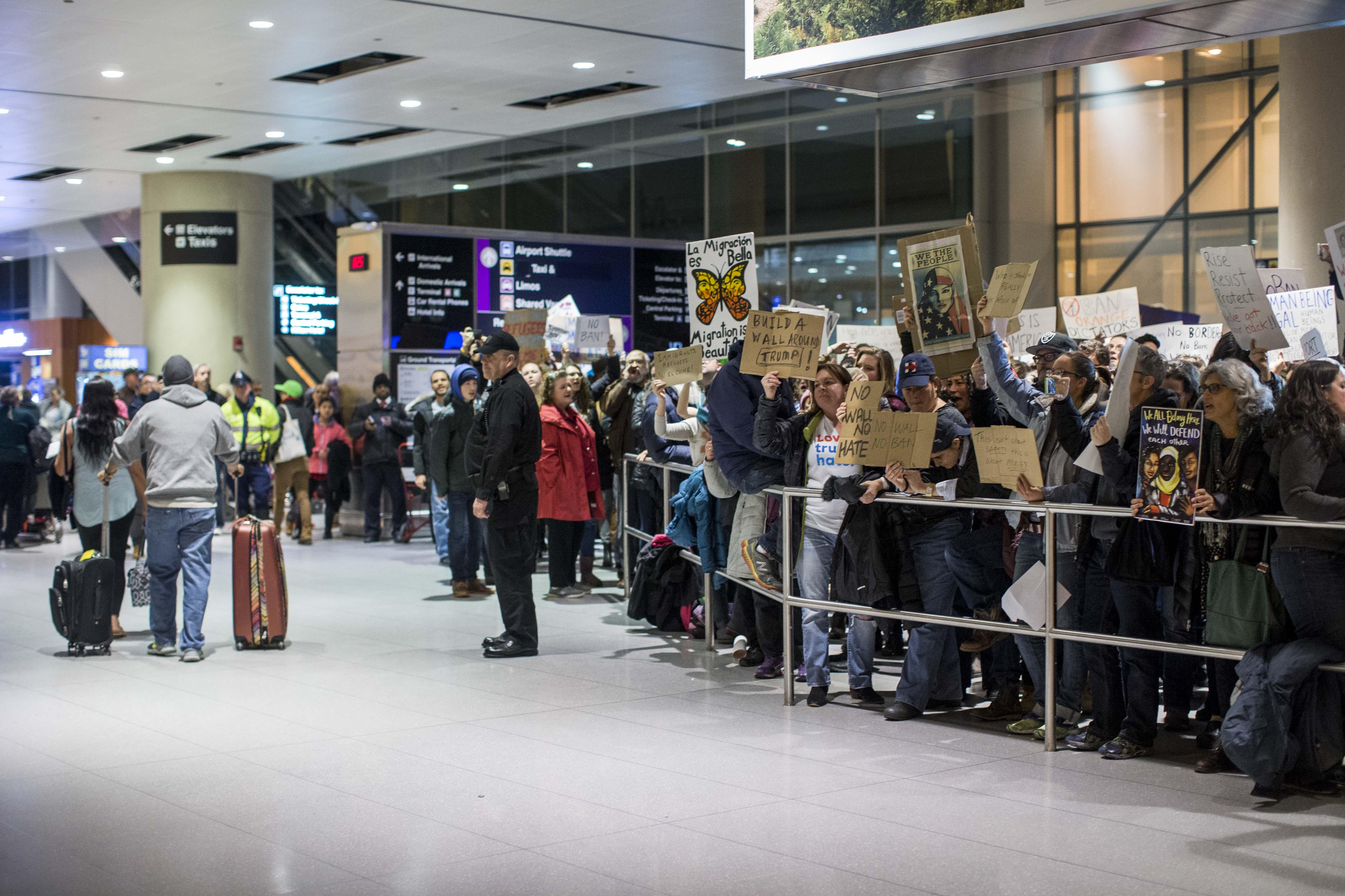 """En Boston, también acudieron decenas de personas a exigir el paso de musulmanes con visas o """"green cards""""."""