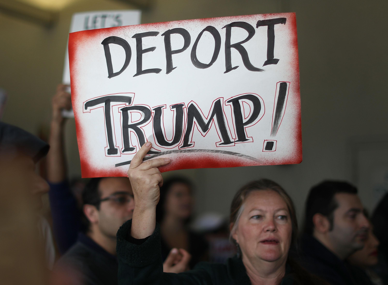 En Florida, miles de inconformes con el veto del presidente acudieron al aeropuerto en Miami.