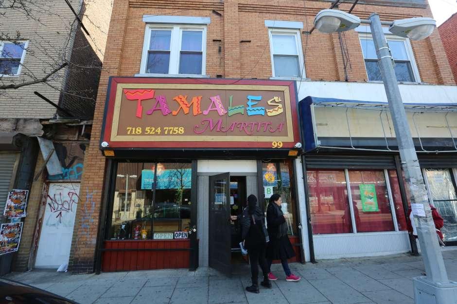 Cesar Rodriguez, dueño de Tamales Martita en la Avenida Port Richmond. Como los inmigrantes hispanos viven en Staten Island, luego de las medidas anti-inmigrantes del Presidente de los EEUU.