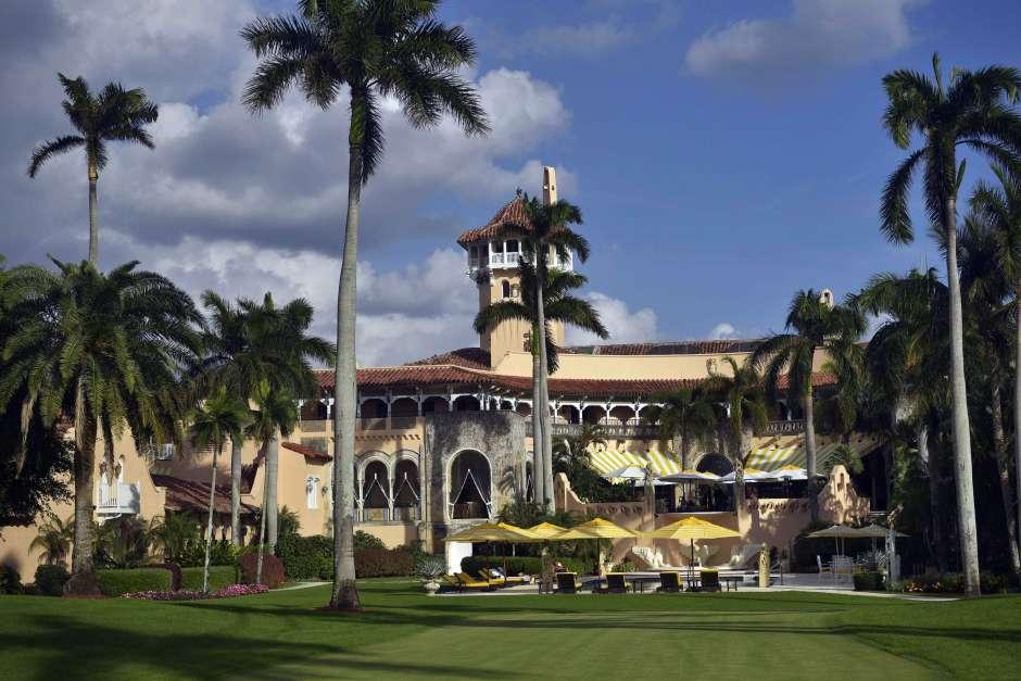 Vista general de la entrada posterior de la residencia del presidente Trump en Palm Beach, Florida. (MANDEL NGAN/AFP/Getty Images)
