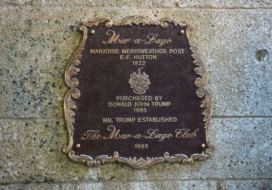 Placa en Mar-a-Lago con los nombres de los dos proprietarios. La heredera del imperio de cereales Post quería que Mar-a-Lago fuera la residencia de descanso de los presidentes, un deseo que se cumplió de forma inesperada. (DON EMMERT/AFP/Getty Images)