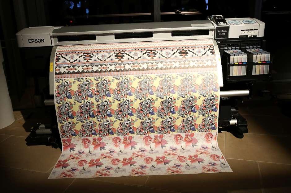 La impresora textil digital Monna Lisa de Epson, durante la presentación del proyecto en la NYFW en el edificio IAC de Manhattan.  (Monica Schipper/Getty Images)
