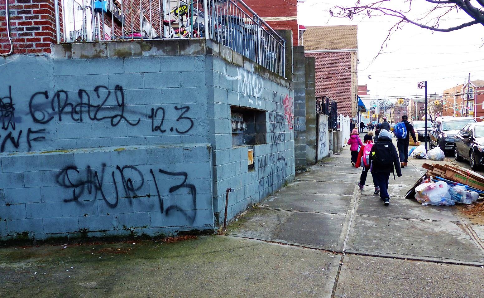 En las calles de Corona es fácil encontrar grafitis de los sureños.