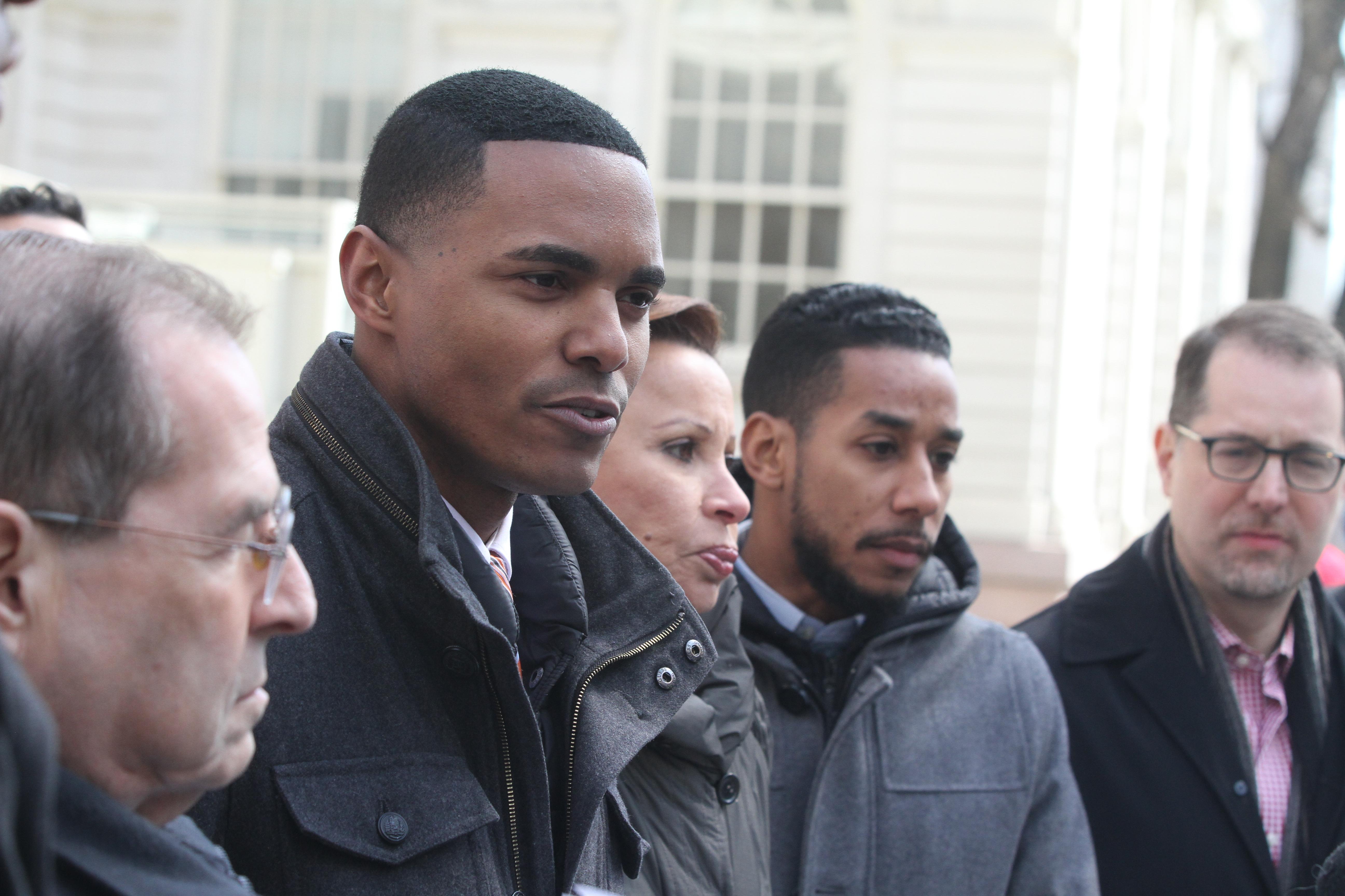 Concejal Ritchie Torres. Residentes de NYCHA piden al gobieno federal que no le recorte fondos.