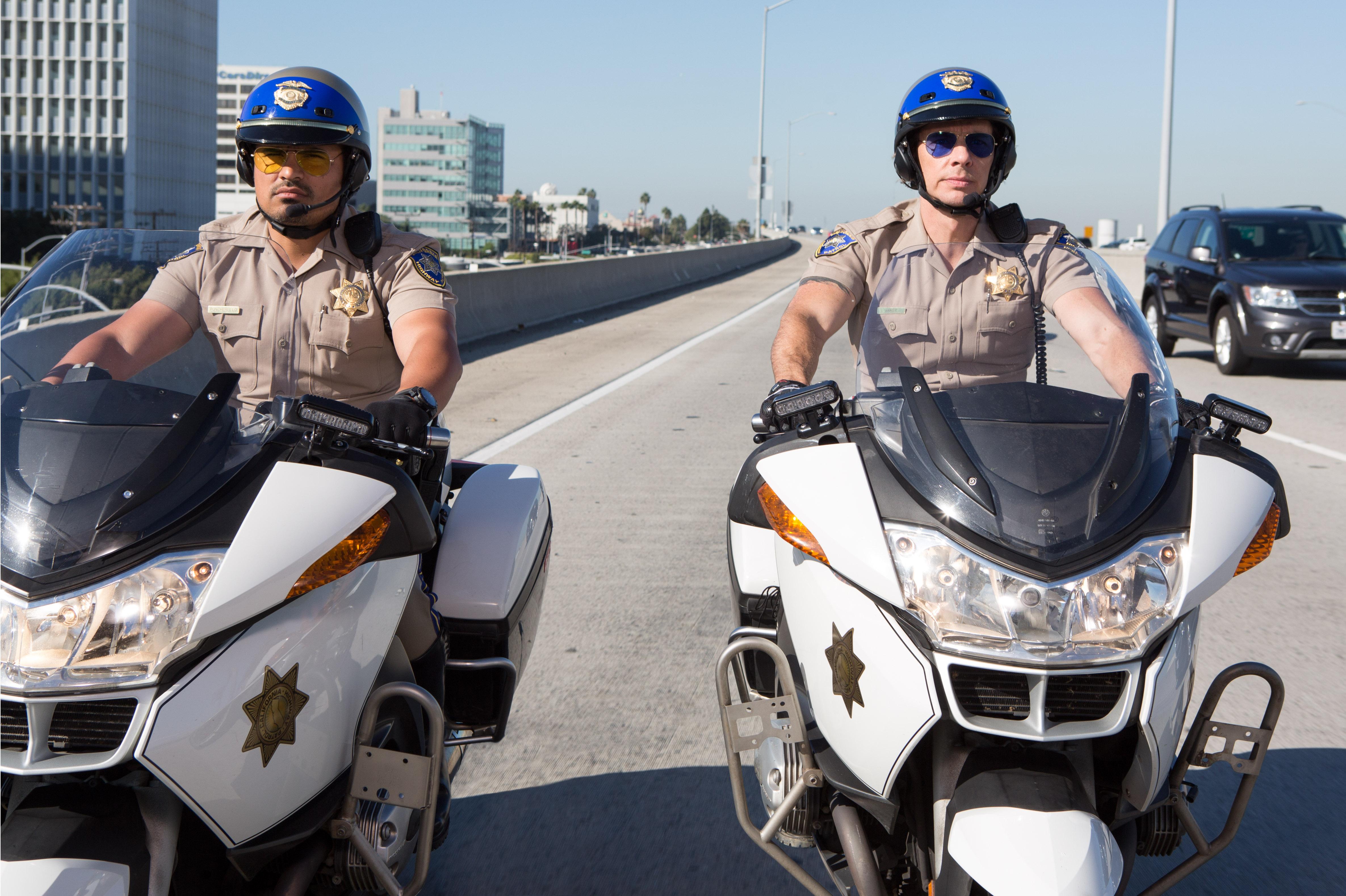 """Peña tuvo que aprender a montar en motocicleta para su papel en """"Chips""""."""