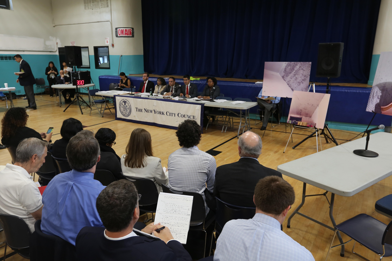 Concejales Carlos Menchaca y Ritchie Torres durante una audiencia sobre el moho en los departamentos de NYCHA en Red Hook, Brooklyn.