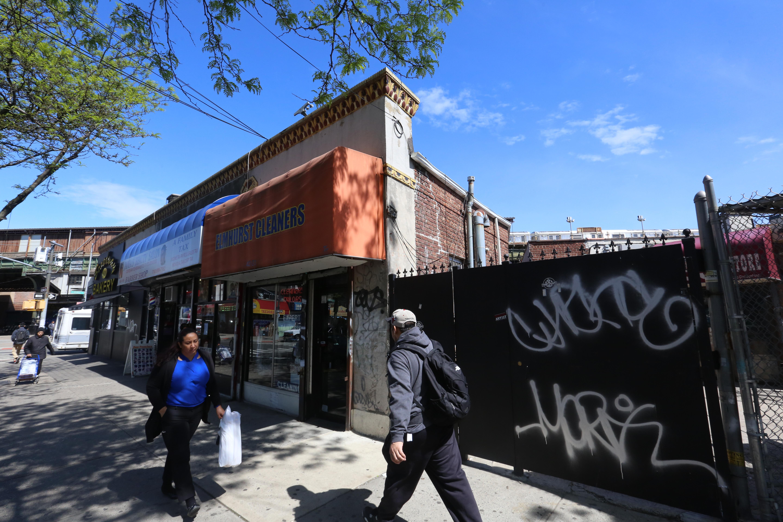 Grafitis de pandilleros en Queens, donde un hombre fue atacado por jovenes.