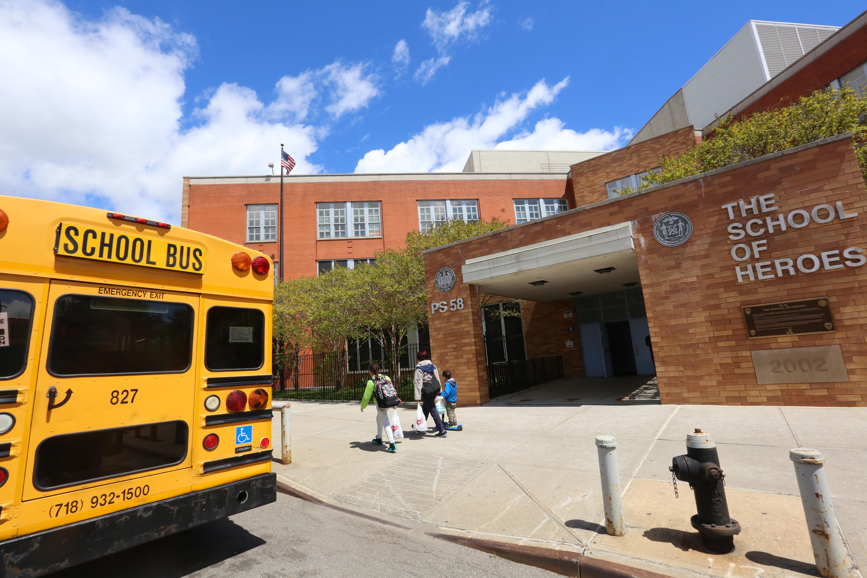 Escuela 58 en Queens, donde la semana pasada, agentes de los inmigracion se les denego la entrada para la busqueda de un estudiante de 4to. grado.