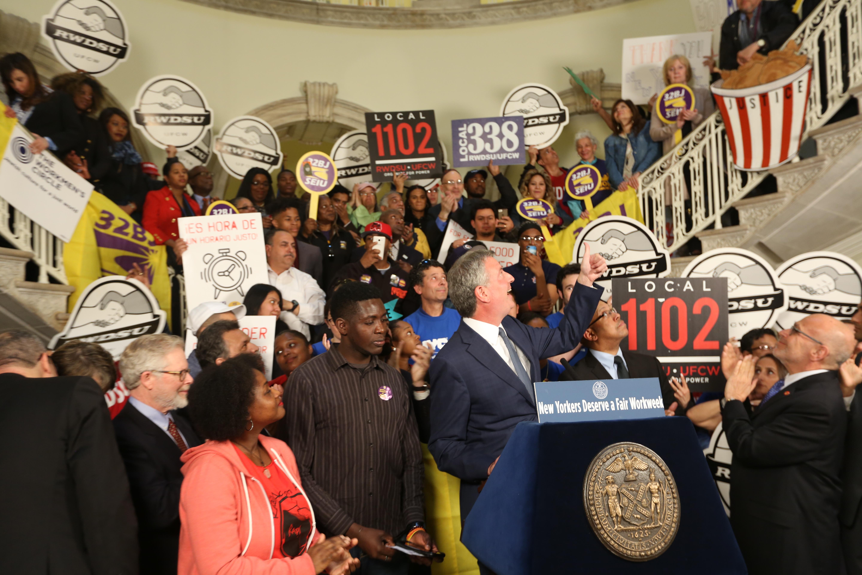 Alcalde Bill de Blasio anuncian el fin de cambio de horario en los negocios de comidas rapidas y de tiendas para los trabajadores en Nueva York.
