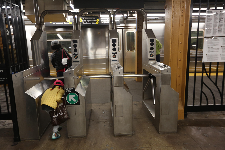 Desarrollan legislacion para que el NYPD reporte con mas detalles las citaciones y arrestos por no pagar el pasaje de metro.
