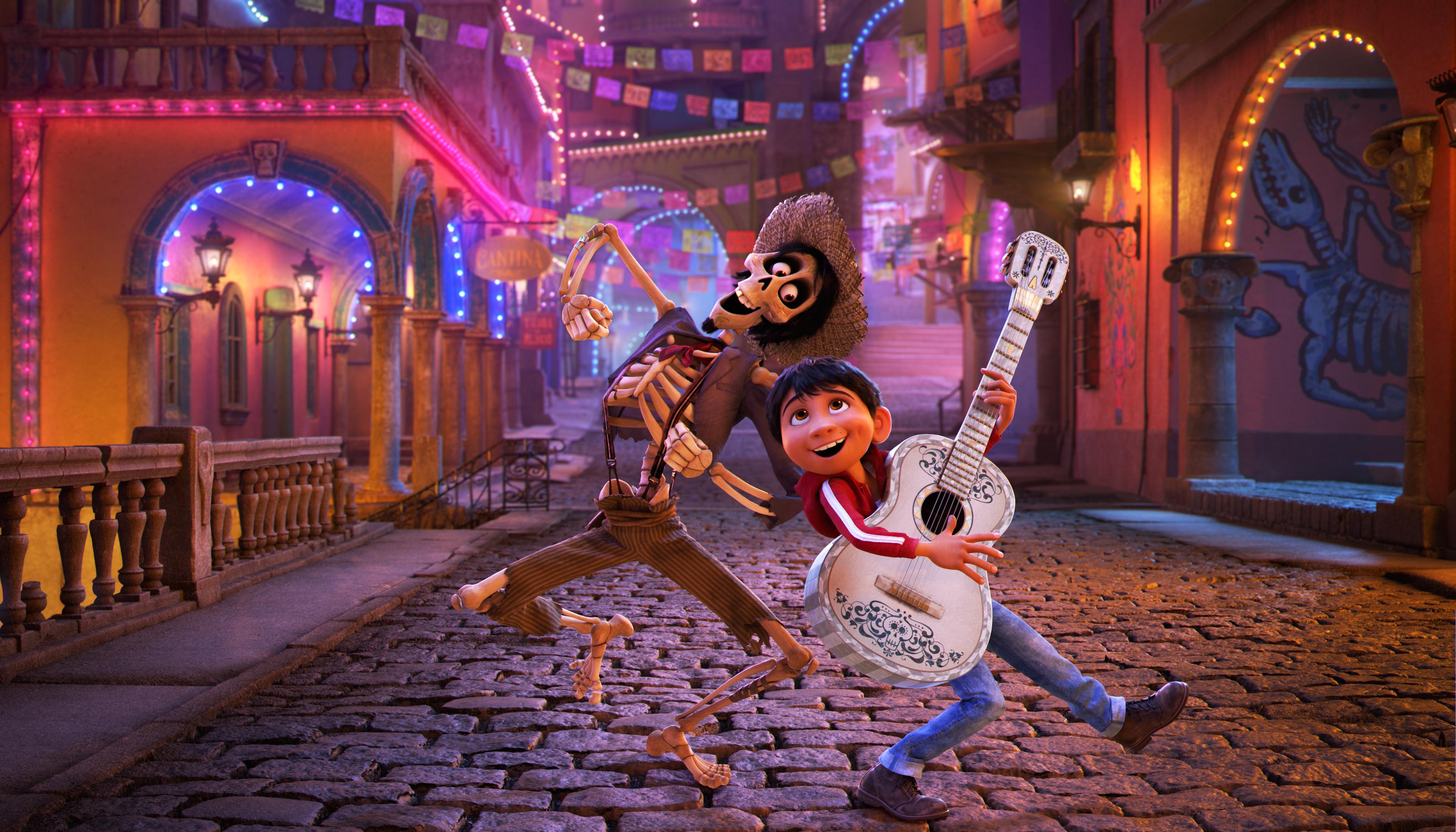 El amor a la música lleva a Miguel hasta el Mundo de los Muertos, donde conoce a Héctor.