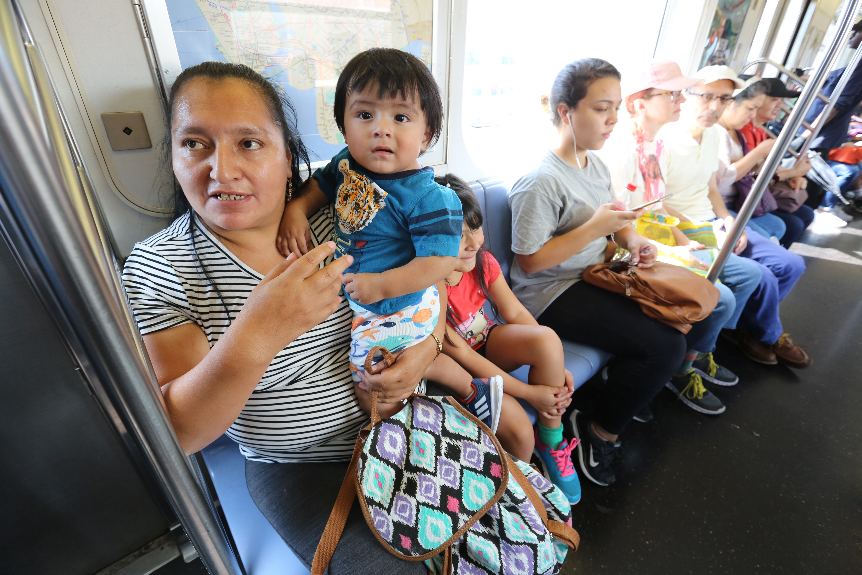 Ana Sinche con sus hijos en el metro. Usuarios hablan sobre los nuevos ataques de odio racial en el metro de Nueva York y la mas presencia policial.