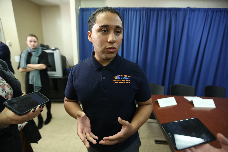 Aiel Miranda, miembro de la unidad de apoyo a inquilinos. Alcade Bill de Blasio anuncia un $ 1 million de dolares para abogados de inquilinos.