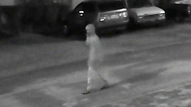 La Policía busca al individuo de la imagen.