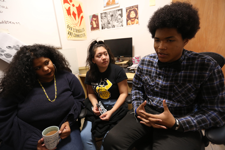 """Jovenes forman parte de una grupo para """"resolucion de conflictos"""" en la escuela que combate el """"bullying""""."""