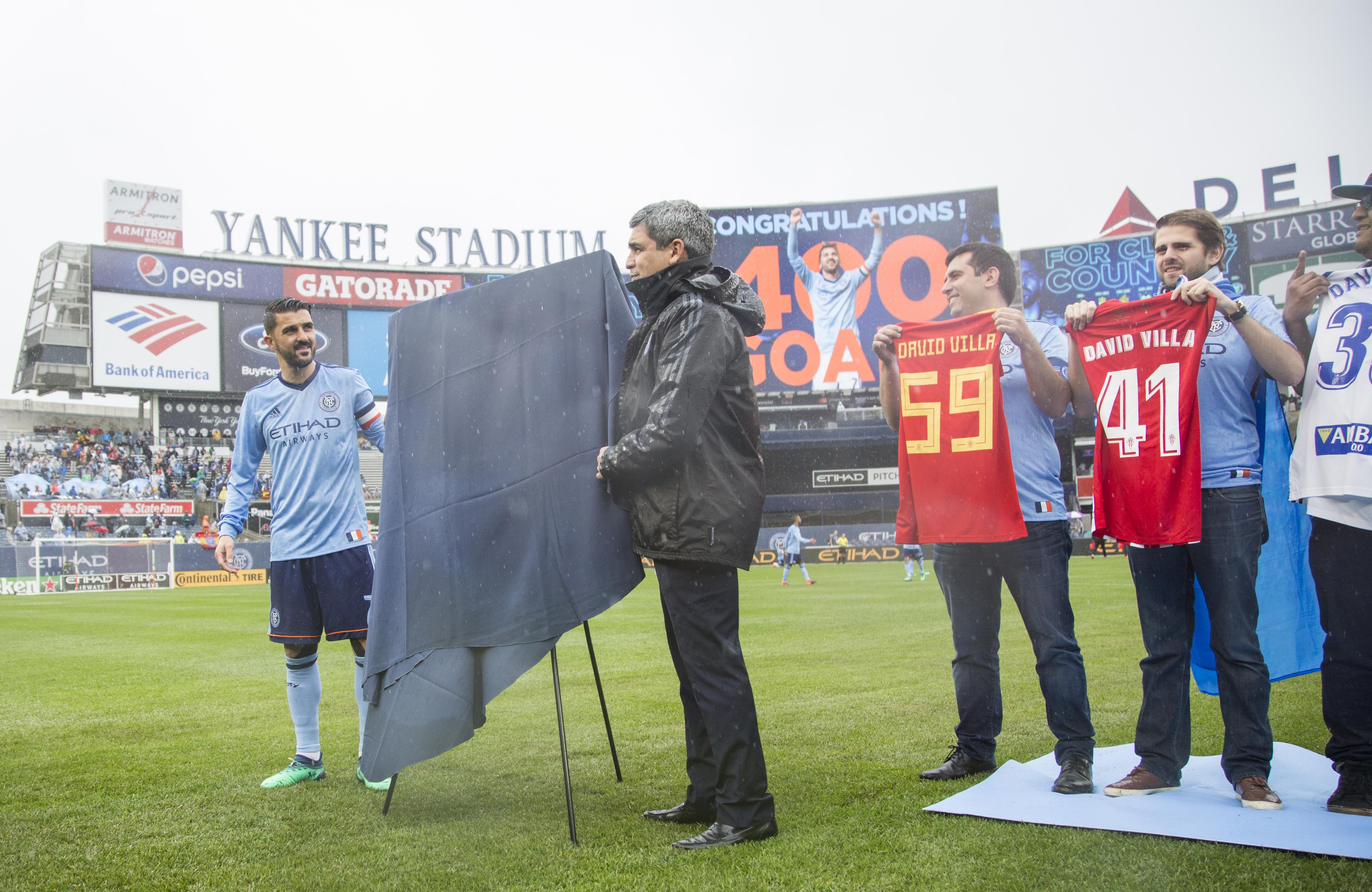 David Villa, Claudio Reyna y los aficionados con las camisetas de sus ex-equipos.