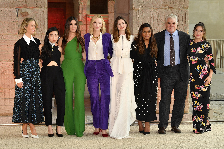 "(De Izq a Dcha): Sarah Paulson, Awkwafina, Sandra Bullock, Cate Blanchett, Anne Hathaway, Mindy Kaling, Gary Ross y Olivia Milch en la presentación mundial de ""Oceans'8"""