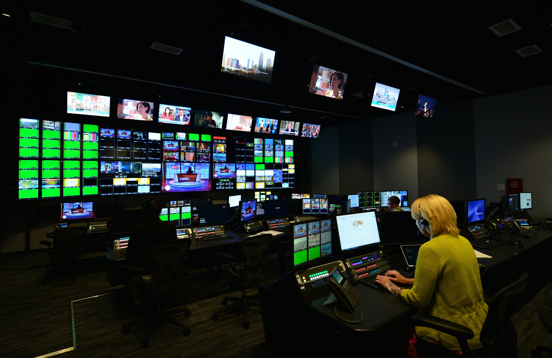 Una de las salas de control del Telemundo Center.