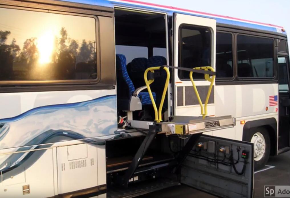 Elevador para silla de ruedas en autobús urbano de NYC