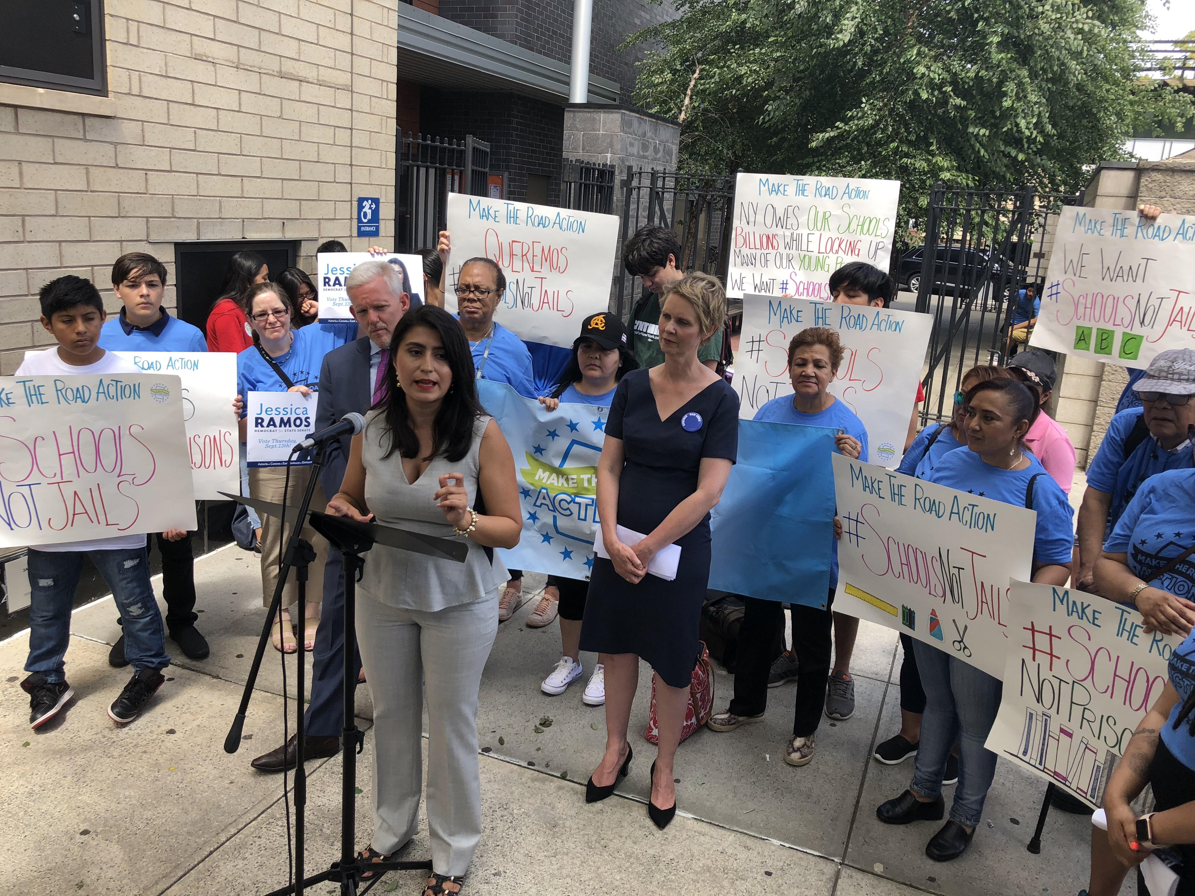 Jessica Ramos, candidata al Senado, junto a la candidata a gobernadora Cynthia Nixon, el concejal Jimmy Van Bramer y madres de estudiantes.