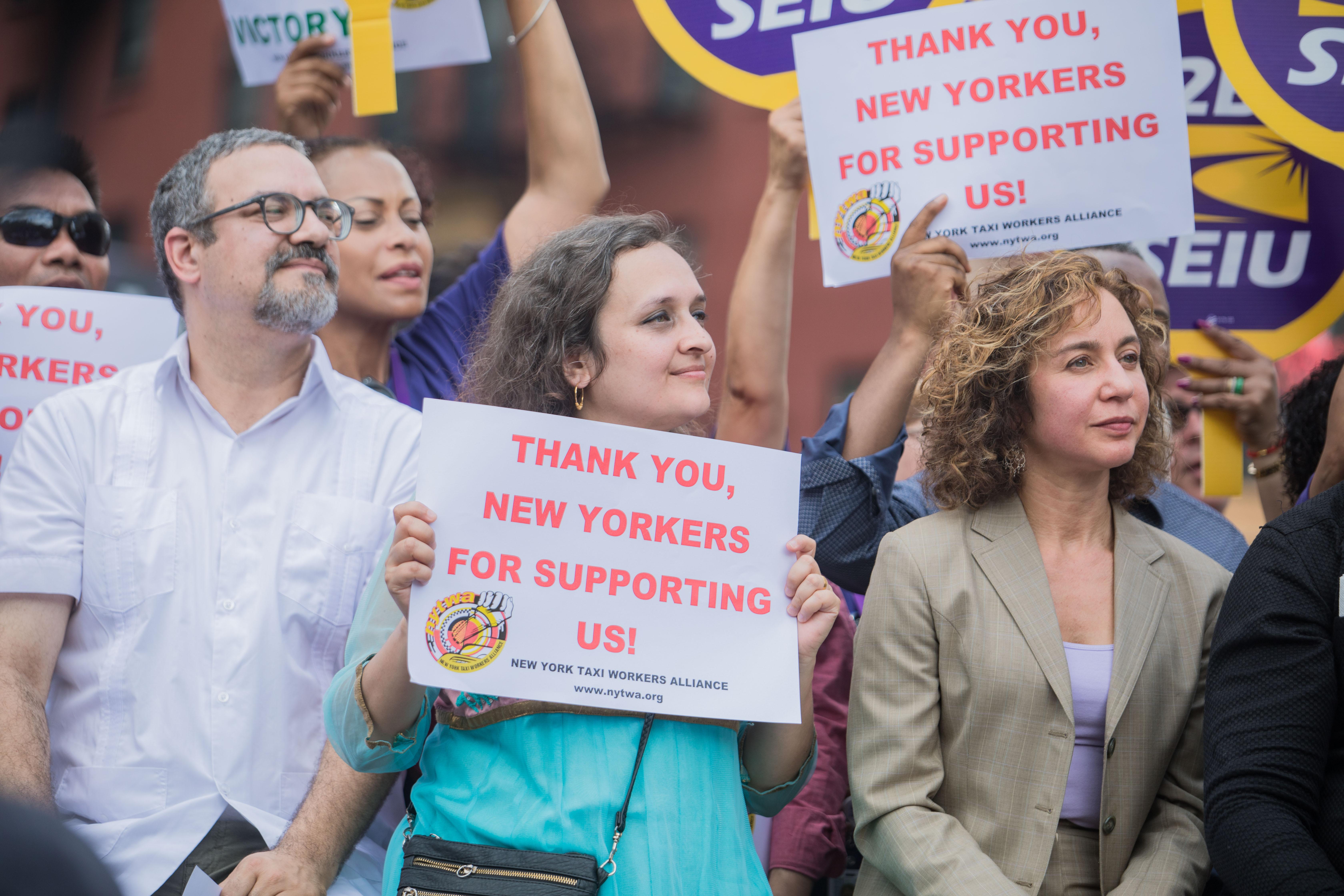 Miembros de la Alianza de trabajadores del Taxi en Nueva York celebraron la medida.