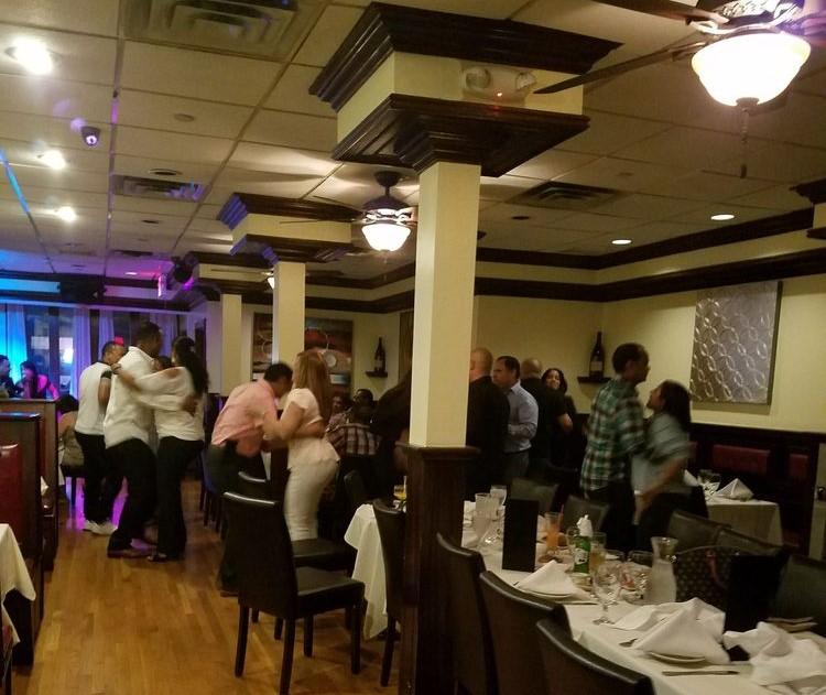 Interior de Día & Noche restaurante un día de fiesta.