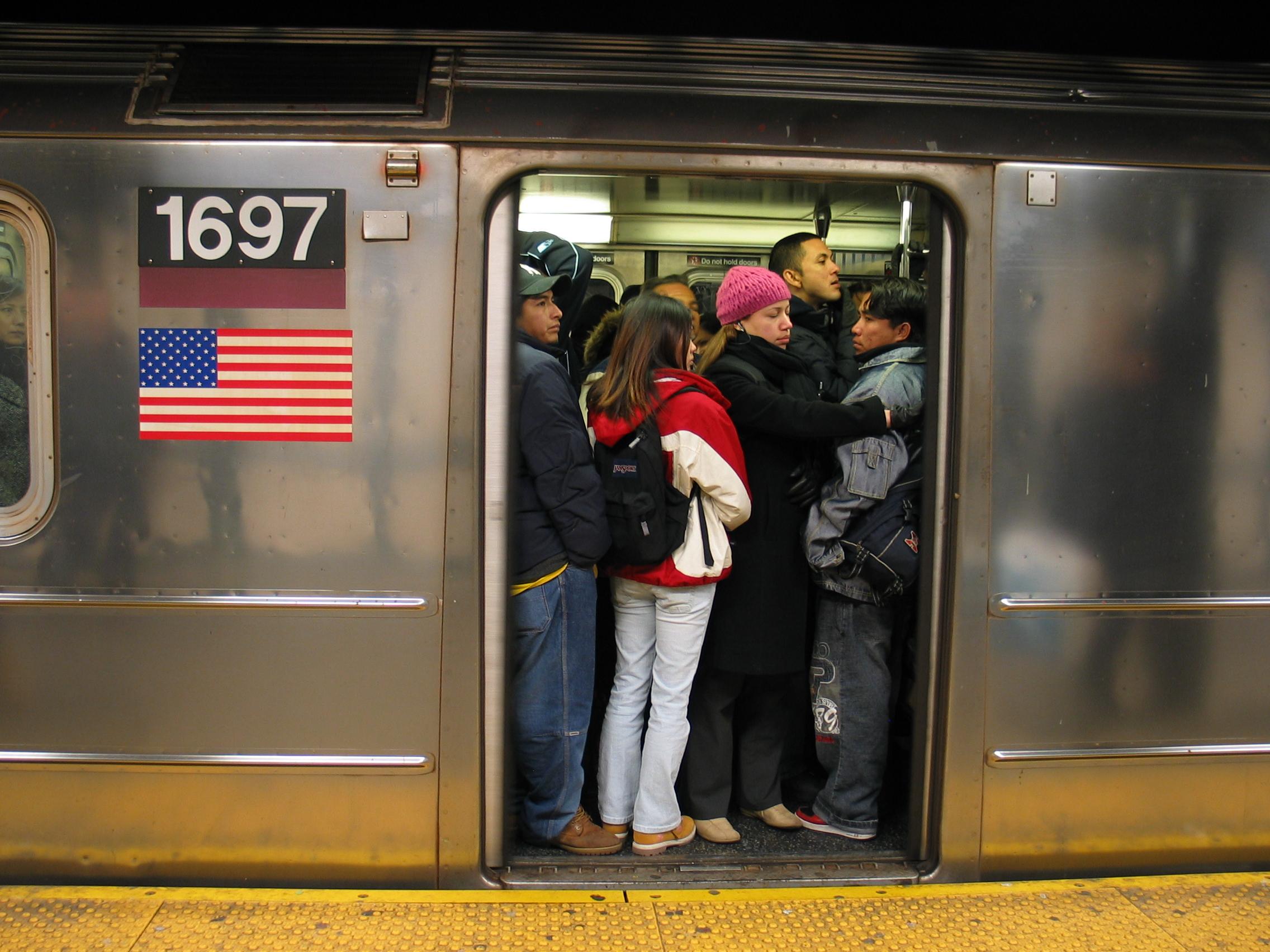 Un vagón del subway de Nueva York en hora punta.