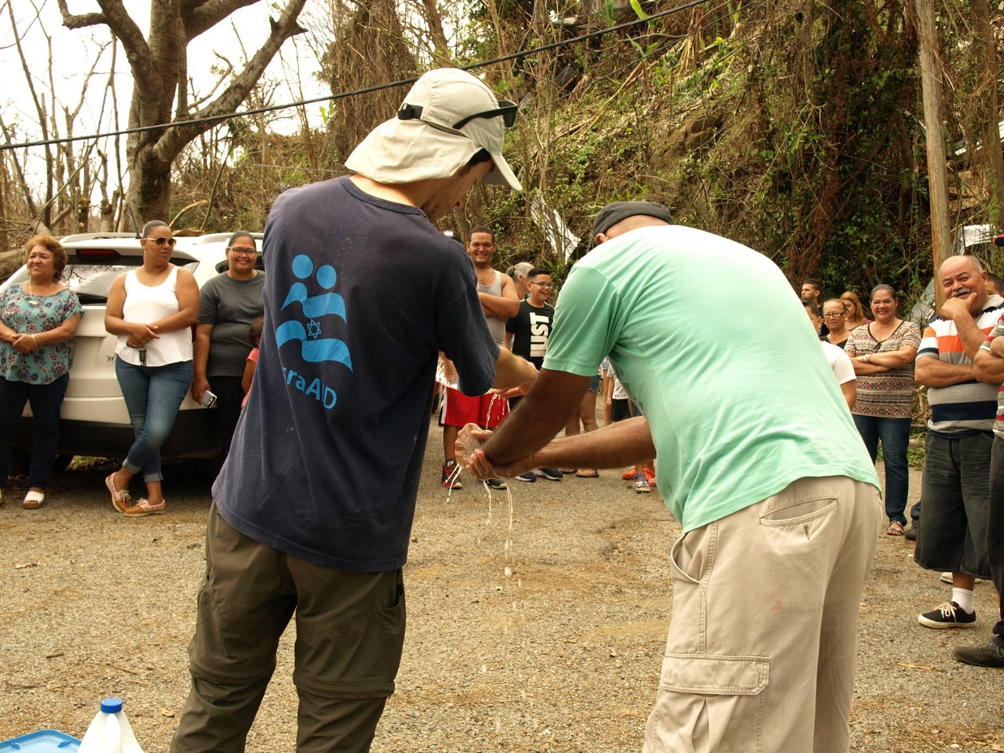 IsraAID abastece de agua a zonas aisladas de Puerto Rico tras huracáb María.