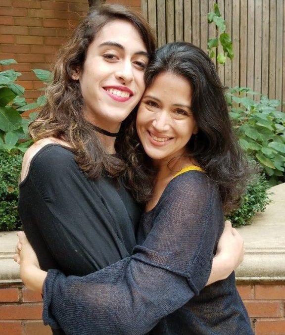 Carolina Solano con su hija Melisa, trans de 20 años.