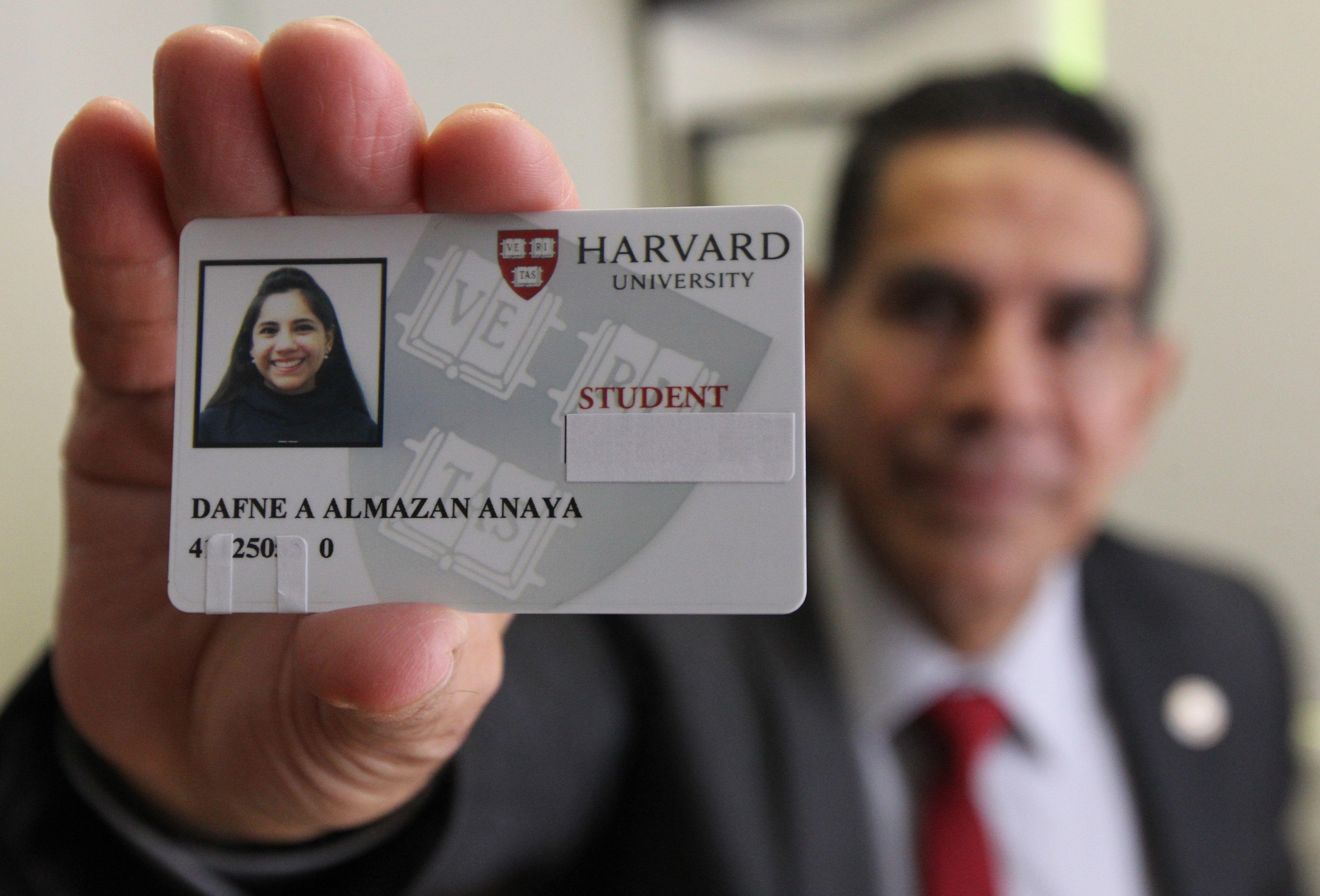 El doctor Asdrúbal Almazán, director del (Cedat) y padre de Dafne, muestra el carnet de alumna de Harvard de su hija. / Foto: EFE