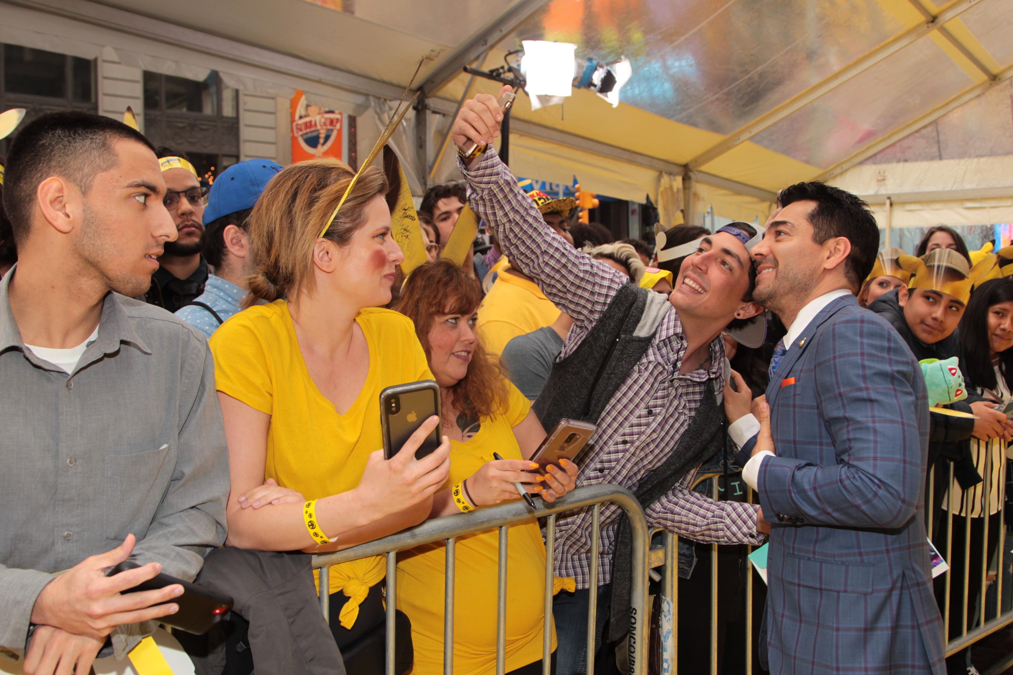 El actor junto a los fans en la presentación en Nueva York de POKÉMON Detective Pikachu.