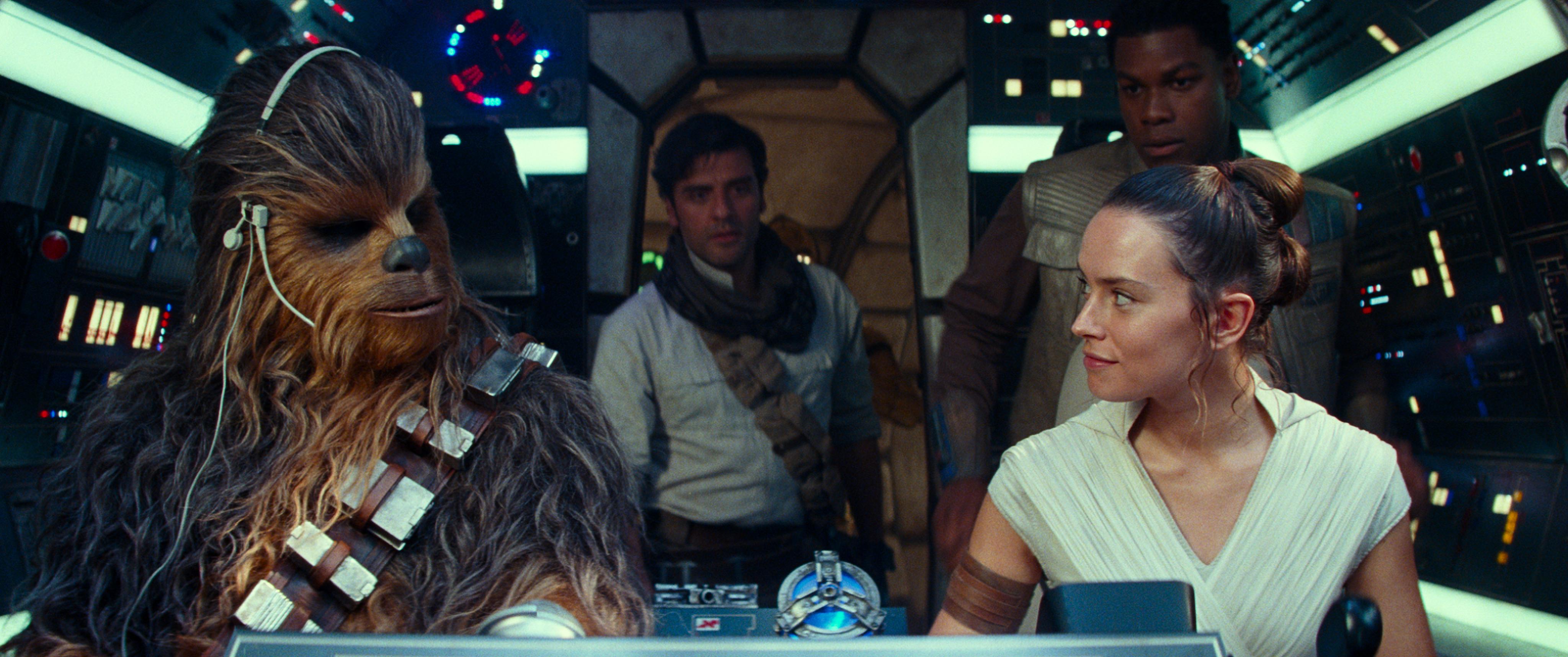 Chewbacca (Joonas Suotamo), Rey (Daisy Ridley), Finn (John Boyega) junto a Poe Dameron (Isaac) en la nave Millenium Falcon.