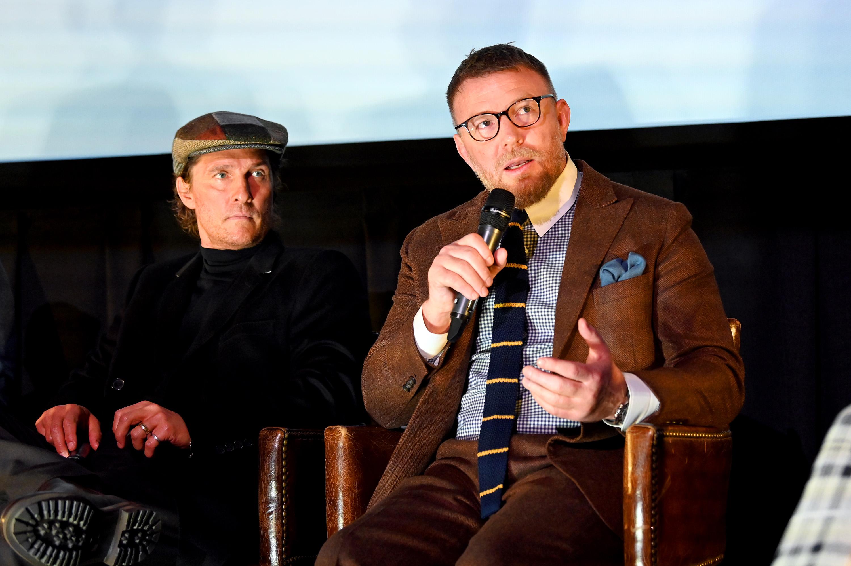 McConaughey escucha a Ritchie hablar sobre The Gentlemen en el Alamo Drafthouse de Brooklyn, NY.