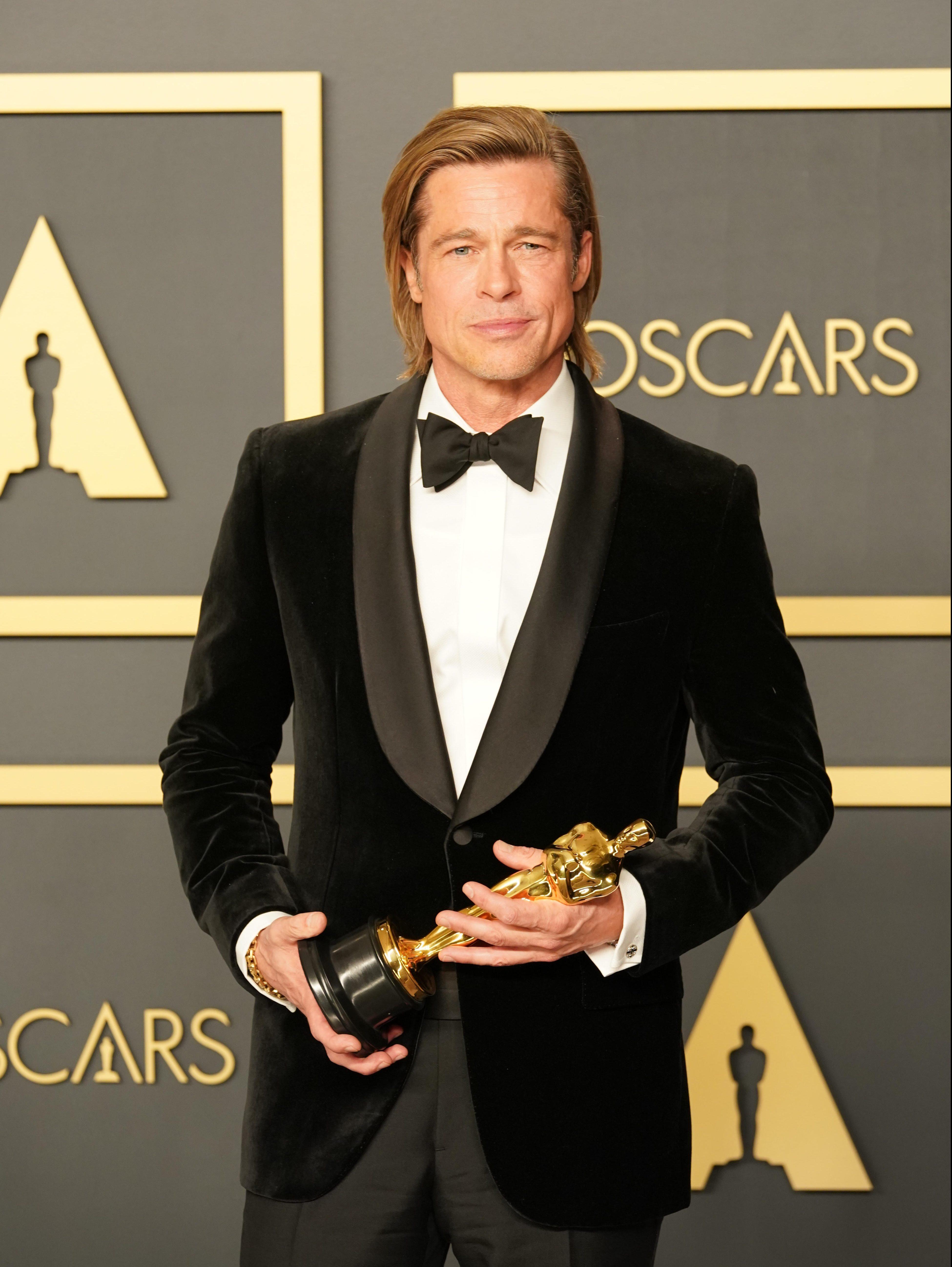 Brad Pitt con su segundo Óscar, el primero como actor.