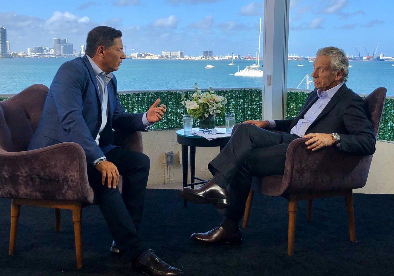 Fernando del Rincón charla con Longobardi. / Foto: CNN en Español.