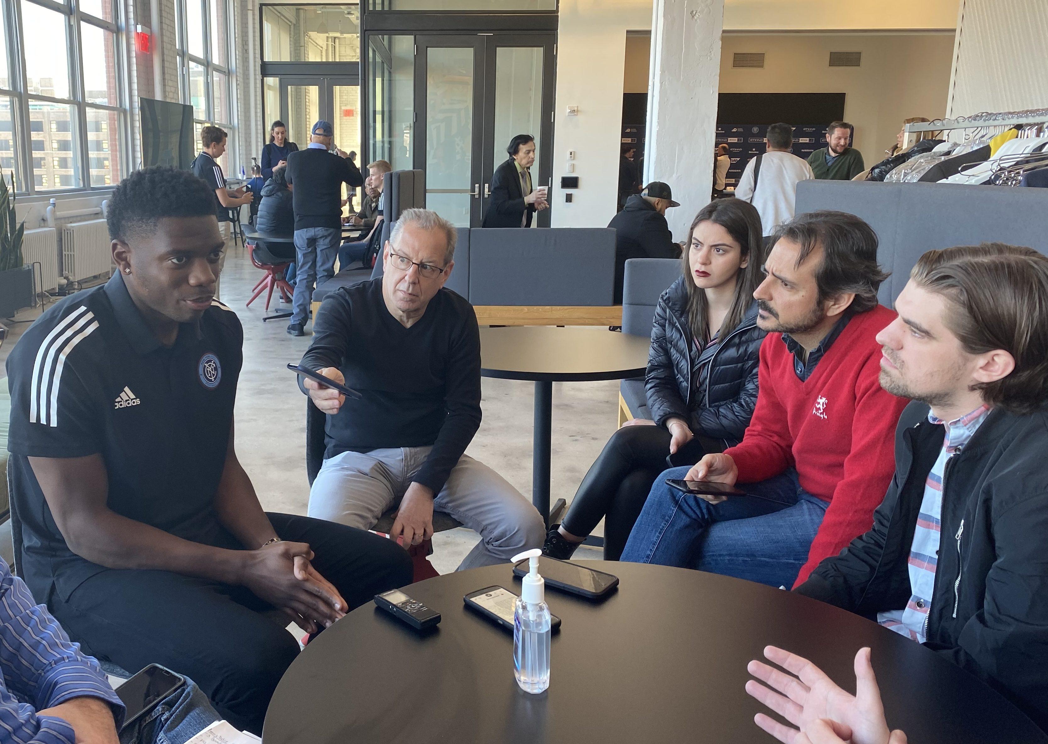 Sean Johnson, izq., en conversación con la prensa en Nueva York. / Foto: Jorge Fleytas, El Diario NY