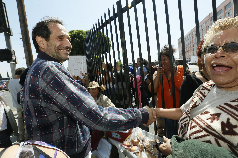 Dov Charney, ex presidente y fundador de American Apparel, saluda a trabajadores.