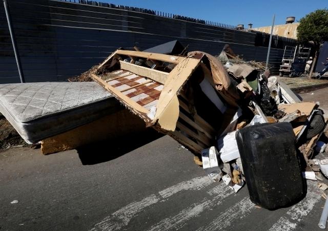 En callejones y terrenos baldíos alrededor de Los Ángeles se encuentran los basureros ilegales.