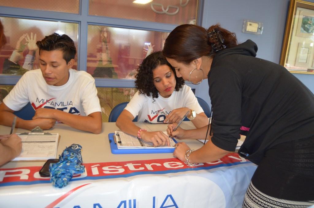En el Condado Orange, hay 84,540 mujeres registradas para votar y 70,259 hombres hasta marzo de 2015, según datos de la Oficina de Supervisor de Elecciones del Condado Orange.