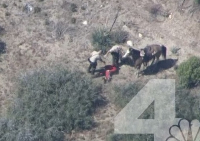 Imagen tomada del video de NBC4 de la golpiza a un hombre por al menos cinco agentes en San Bernardino.