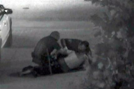 Imagen de archivo de del 5 de julio de 2011 que muestra el enfrentamiento entre policías de Fullerton y Kelly Thomas. Manuel Ramos, uno de los policías que participó en la pelea será juzgado por homicidio en segundo grado por las lesiones que causaron la muerte de Thomas.
